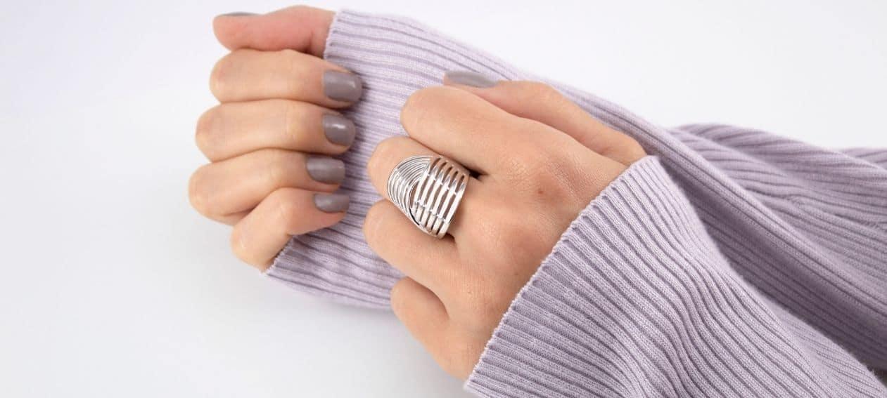Significado de los anillos en el dedo corazón
